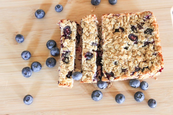 Homemade nibble bars with blueberries | fitnessista.com