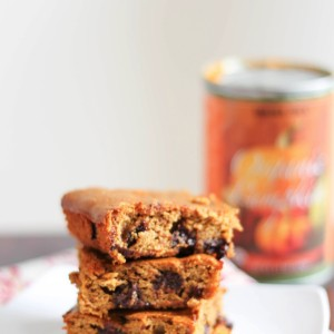 FLOURLESS pumpkin chocolate chip bars! a holiday treat that's secretly packed with nutrition and under 200 calories per serving. www.fitnessista.com