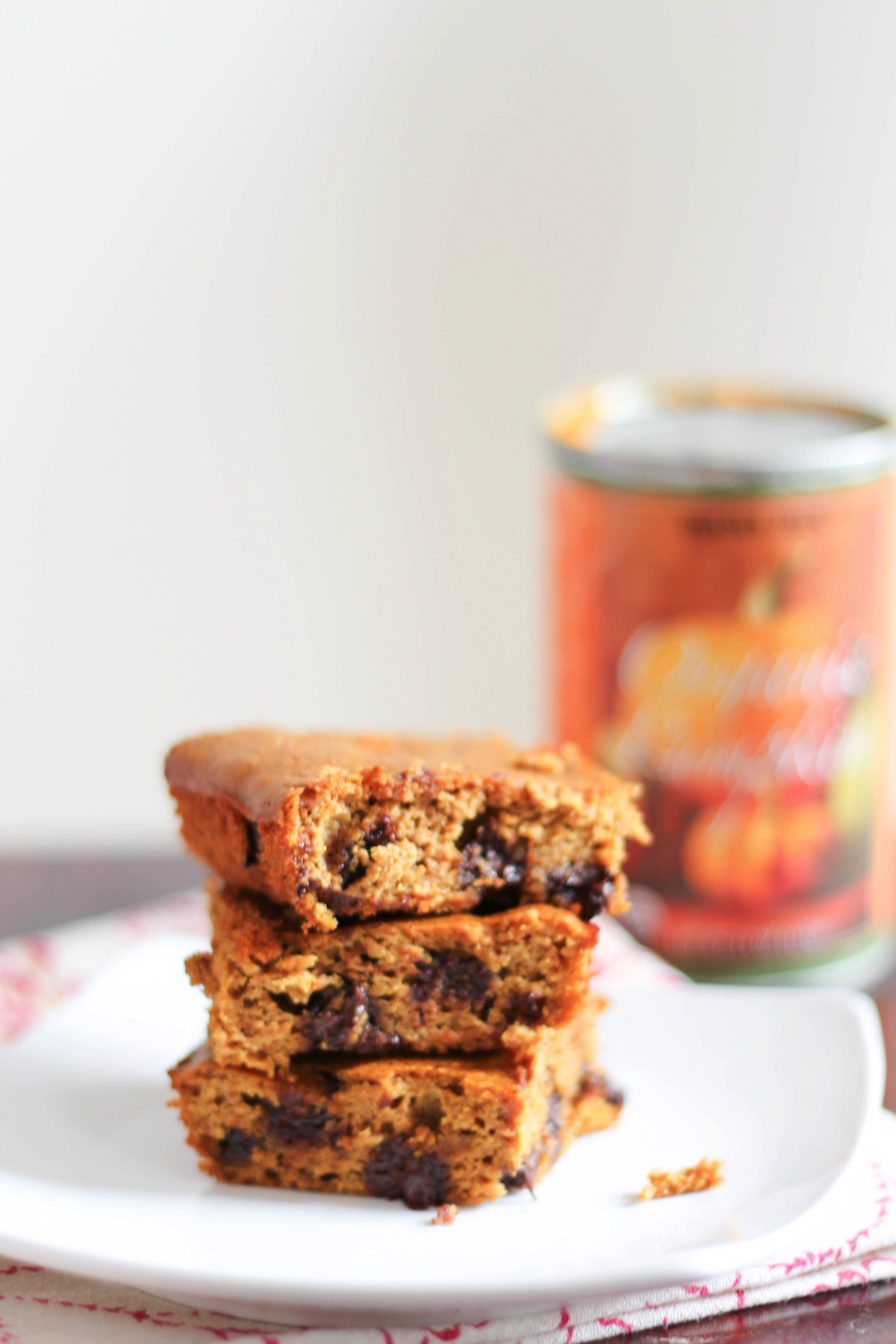 Flourless pumpkin chocolate chip bars! a holiday treat that's secretly packed with nutrition and under 200 calories per serving