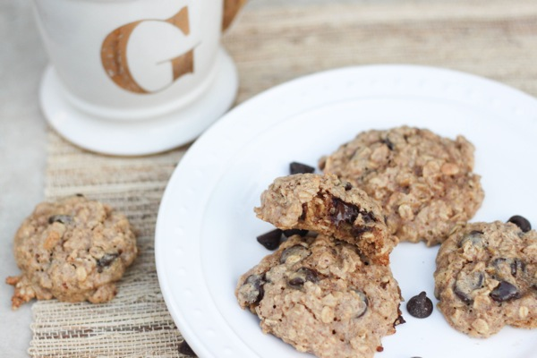 Healthy oatmeal peanut butter chocolate chip cookies