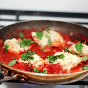 One-pan chicken with tomatoes, basil and feta