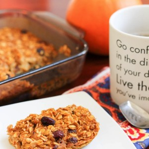 A delicious and healthy pumpkin oatmeal bake. Perfect for a make-ahead breakfast option! www.fitnessista.com
