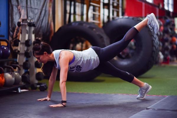 Plank w leg raise
