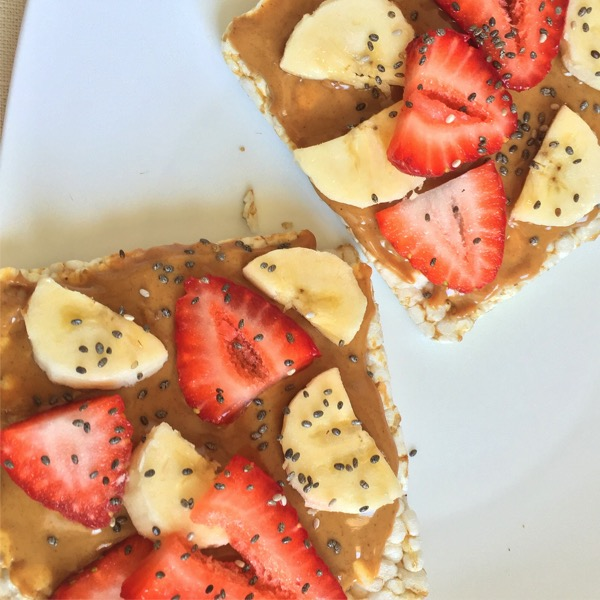 brown rice cakes with peanut butter and fresh fruit