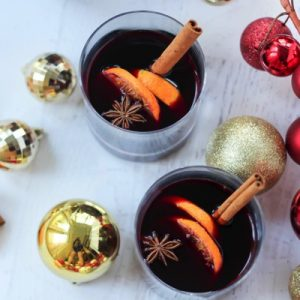 Holiday spice sangria! A festive and beautifully boozy cocktail for all of your holiday parties. fitnessista.com