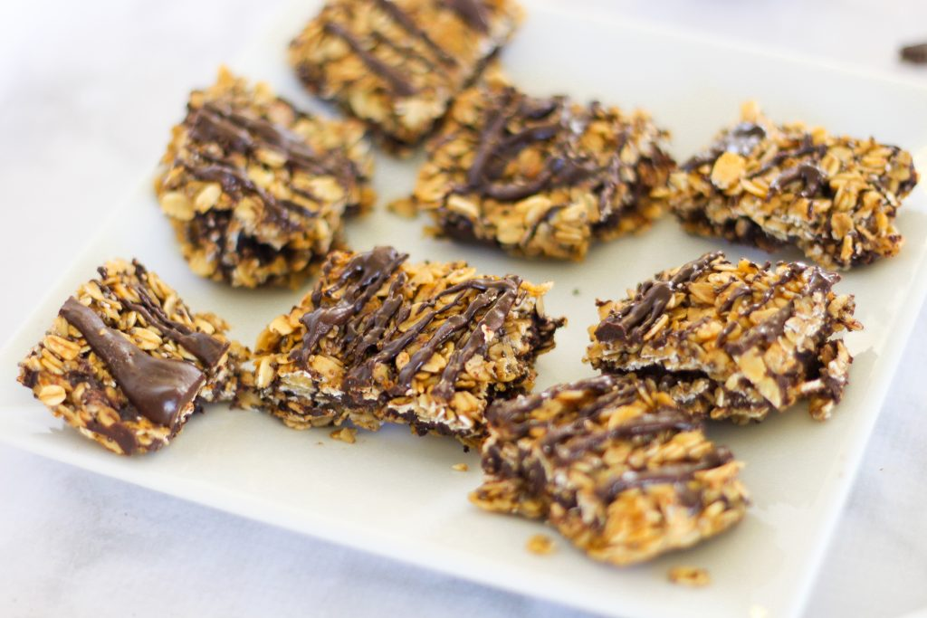No-bake almond butter chocolate oat bars! A delicious and healthy snack recipe. fitnessista.com